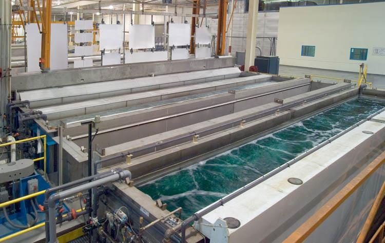 Il processo di anodizzazione delle Piastre nello stabilimento in Serbia